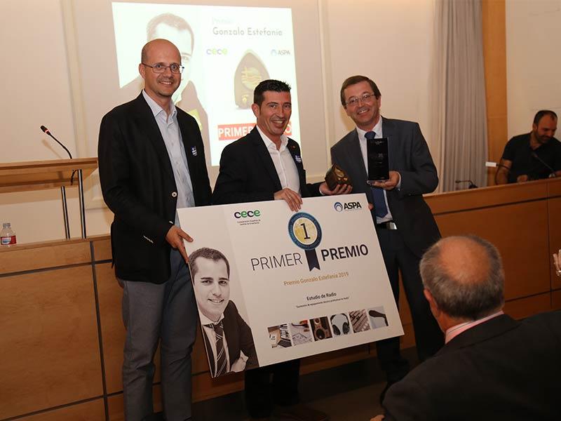 El profesor Juan Luis Sánchez recibe el primer premio en nombre de los alumnos del colegio Jesús María Sant Andreu